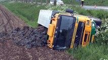 Vrachtwagen met modder belandt na ongeval in de sloot - RTV Noord
