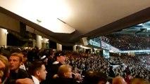 La tribune bouge dangereusement à cause des sauts des supporters de Francfort