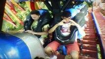 Gabriel e Willi na FireWhip montanha-russa Beto Carreiro - volta completa