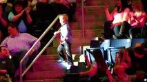 Ce garçon se lève en plein concert et se met à danser... Quelques secondes plus tard, il vole la vedette à tout le monde