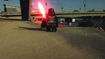 Combat de sabre laser entre Dark Vador Lego et un vrai Jedi !