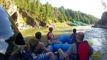 En pleine descente en rafting ils tombent sur un train qui vient de chuter dans la rivière