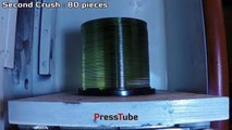 Ecco cosa succede se mettiamo una pila di cd sotto una pressa idraulica