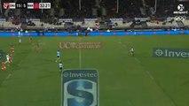 Ce rugbyman fait une tête pour passer le ballon... Incroyable