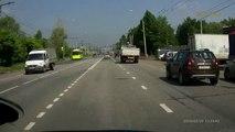Un camion perd ses roues arrière