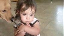 Cette fillette aime son petit chat très très fort... Trop chou