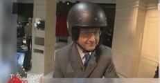 François Hollande, en scooter et casqué, arrivant sur un plateau télé