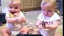 bébés jumeaux essayant d-imiter l-éternuement de leur père !!