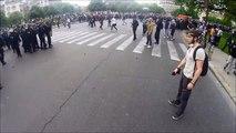 Petit duel entre un manifestant bien chaud et un flic tout aussi chaud que lui...