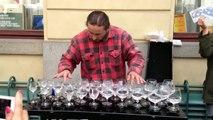 Classe : un artiste de rue réussit à faire de la musique avec des verres !