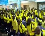 L'arrivée en chanson des pompiers sud-africains venus aider leurs collègues canadiens face aux incendies