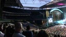 Robbie Williams sitting down wave - Wembley Stadium 29/6/13
