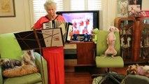 Duo improbable : mamie à l'accordéon et son chien qui danse. WTF