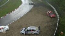 Accidents de voitures de courses sous la grêle au circuit du nurburgring en Allemagne