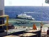 Helicoptero levando trabalhadores depois de 15 dias na plataforma petrolifera