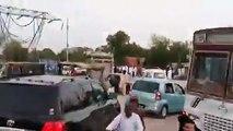 عمران خان کی بغیر کسی پروٹوکول کے عام آدمی کی طرح اکیلے ہی گاڑی میں لاہور کی جانب روانہ ہونے کی ویڈیو، راستے میں ٹریفک ک