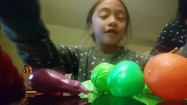 Sophia's playing fruits and vegetable toys