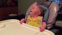 Ce bébé est plié de rire à cause d'un petit geste maladroit de papa... Trop mignon