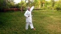 Farah en démonstration de Kung Fu devant les autres jeunes accueillis à l'association Ourika Tadamoune