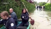 Fail : Trois policiers sur une barque dans les inondations (Sept à Huit Life)