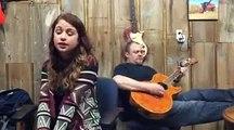 Son papa joue bien de la guitare ... mais quand elle commence à chanter le vrai spectacle commence !