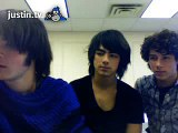 FLY SAYS:omg then jonas brothers looked at me wow