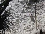 Australie: suite à une tempête, cet homme se retrouve dans une véritable mer d'écume