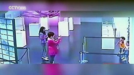Elle filme ses enfants qui détruisent une oeuvre d'art dans un musée