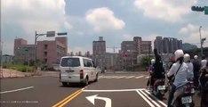 Une ambulance grille un feu rouge et provoque un grave accident (vidéo)