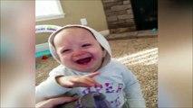 Un bébé plié de rire à cause de chaussures qui puent