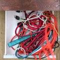 Il passe un câble dans un bouchon de liège. La raison? Ma maison ne sera plus jamais en désordre!