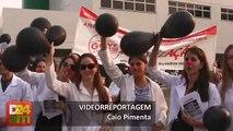 Médicos Residentes fazem protesto em frente ao 28 de Agosto