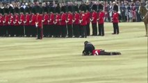 Ce garde royal tombe dans les pommes en plein ;anniversaire de la reine Elizabeth II