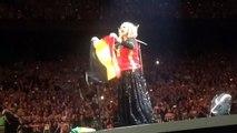 Adèle porte le maillot des Diables rouges au Sportpaleis