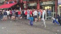 Des supporters anglais humilient des enfants roms en leur jetant des pièces
