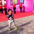 Cet enfant danse deja comme un pro