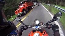 Il double deux motos avec... Son vélo !