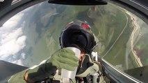 Il se sert un verre d'eau la tête en bas dans son avion de chasse