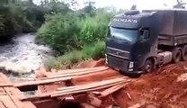 Un chauffeur routier très doué s'attaque à un pont hyper dangereux