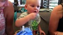 Bébé continue de changer des cranberries qu'il ne supporte pas !