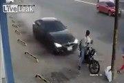 Un motard très chanceux survit miraculeusement à un terrible accident