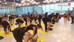 Séance de yoga géante à l'aéroport de Roissy