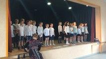 Les écoliers chantent des chansons d'antan