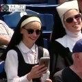 Une nonne fait un selfie avec une bière