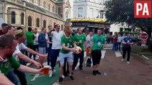 Un supporter irlandais avec une tête de cheval tire au ballon