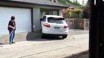 Un homme furieux rentre une Porsche Macan dans son garage comme un bourrin