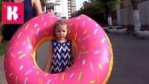 ВЛОГ Мисс Катя идём на прогулку к морю с огромным надувным Пончиком поиграем на берегу и площадке новое видео 2016