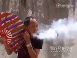 Ce maitre kung-fu enflamme de la sciure avec sa bouche
