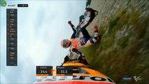 Ce pilote moto emprunte le scooter d'un journaliste après un crash en pleine course