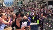 Un policier anglais demande son compagnon en mariage lors de la Gay Pride